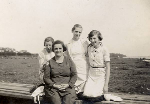 Annie Unwin with daughter Eva and Hilda Dible (Abt 1933)